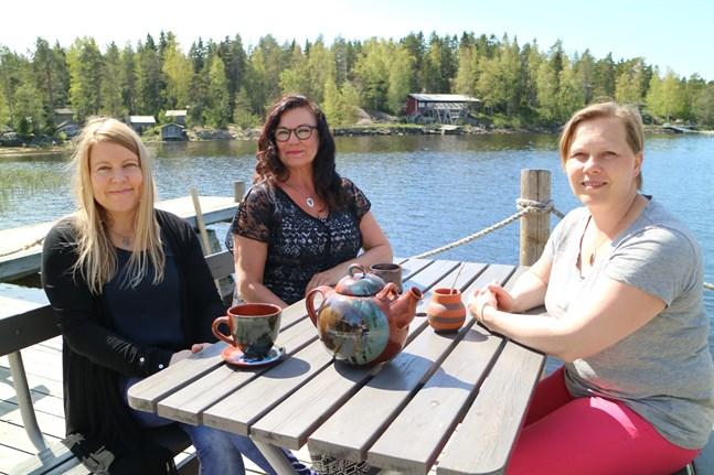 Konstgrafikerna Eeva Huotari och Hannele Kinare gläds över att få ha sina produkter vid Linda Boberg-Santalas Café Bryggan. Också lokala keramikprodukter av Merja Pohjonen, Irma Jylhä och Paula Piispanen bjuds ut i Öja i sommar.