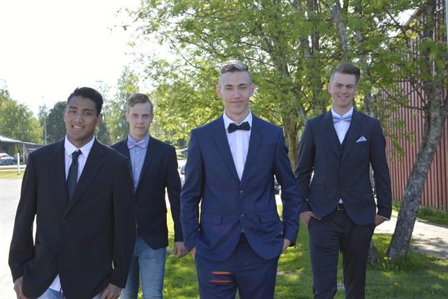 För de nybakta husbyggarna Philip Nordgren, Isac Groos, Nicolas Berg och Anton Bäckström väntar en sommar med jobb och militärtjänstgöring.