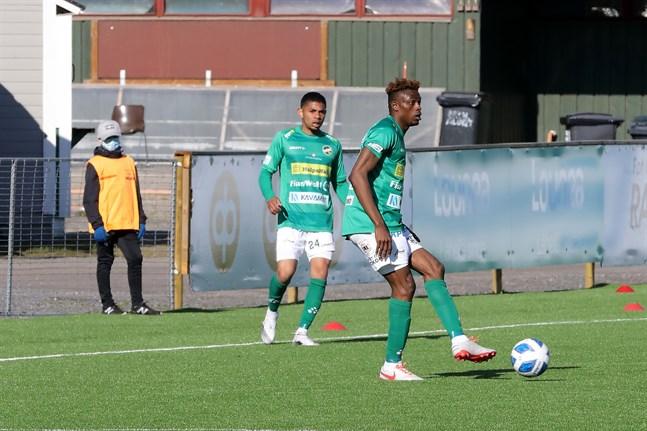 Arkivbild: Angel Zapata i KPV kollar in hur Stanley Amuzie har bollen under kontroll.