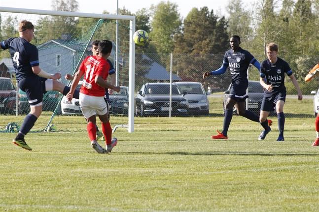 Sporting gjorde inga mål i hemmapremiären mot Norrvalla FF. Här är det dock nära då Nieol Pallawallas skott går tätt förbi.