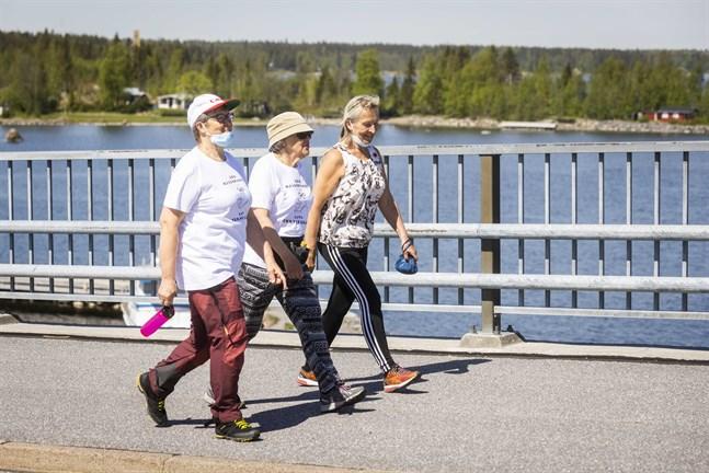 Pirjo Louku, Raija Svarfvar och Katri Pellas vandrar över Replotbron för hjärnhälsans skull.
