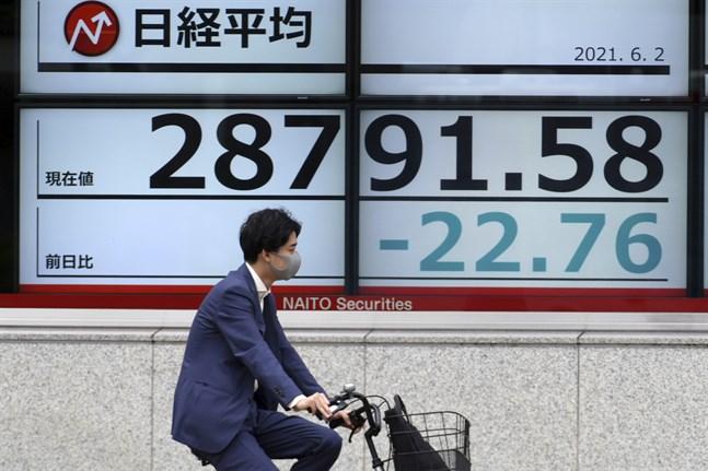 Tokyobörsens Nikkei 255-index sjunker i fredagshandeln. Arkivbild.