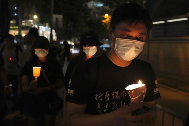 Mobiltelefoner, eljus och även naturliga ljus användes av de som vill uppmärksamma minnet av massakern.