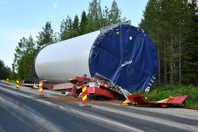 En del av tornet till ett vindkraftsverk landade i diket på väg mot CPC:s porjekt Lakiakangas i Kristinestad-Storå.