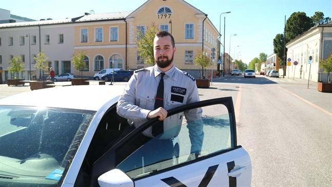 Benjamin Hakala hoppade av som anställd väktare och startade eget bevakningsföretag.