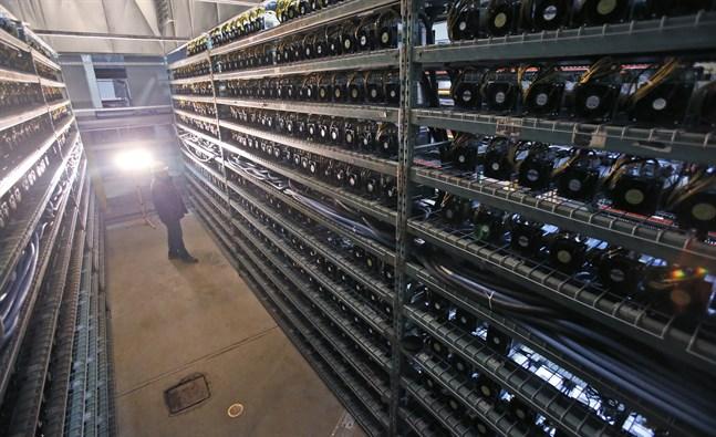 """För att öka chansen att """"träffa på guld"""" utvinns bitcoin i serverhallar av närmast industriell skala. För tio år sedan räckte det att använda sin hemma-dator. Arkivbild från en bitcoinutvinnande datorhall i Vancouver 2018."""