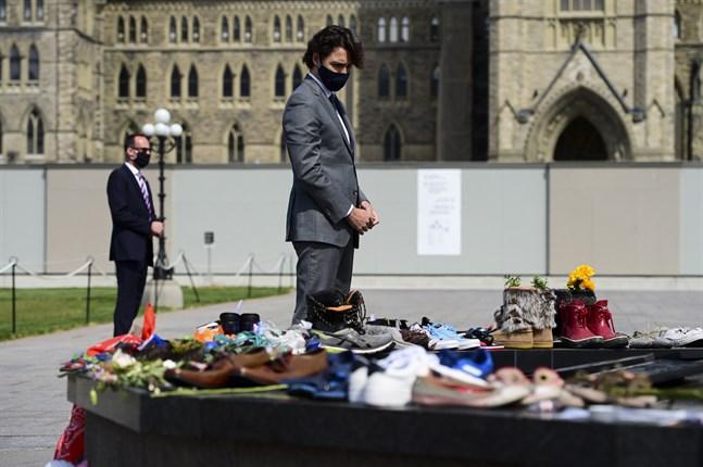 Kanadas premiärminister Justin Trudeau tidigare i veckan vid en minnesplats som bildats i Ottawa efter att kvarlevorna efter 215 barn hittats på en skolas marker.