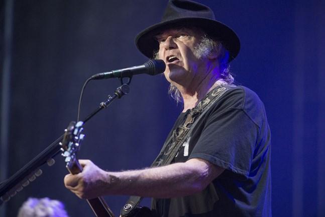 Neil Young skriver sci-fi och jobbar på nytt album med bandet Crazy Horse.