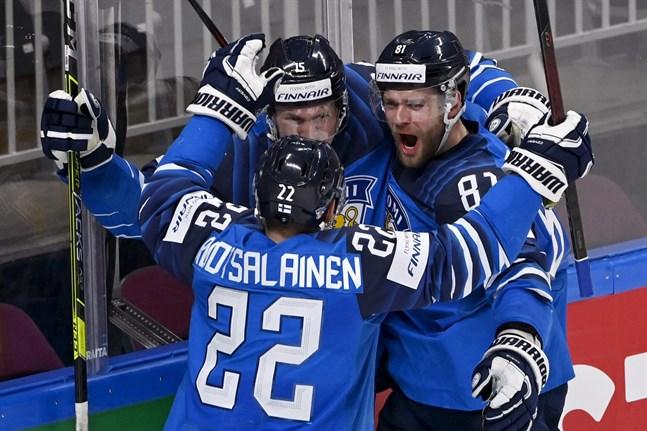 Finland firar Iiro Pakarinens 1–0-mål.