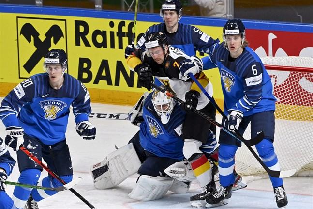 Tyskarna var framför, bakom och ovanpå Jussi Olkinuora i jakt på kvittering, men pucken ville inte in bakom den storspelande hjälten.
