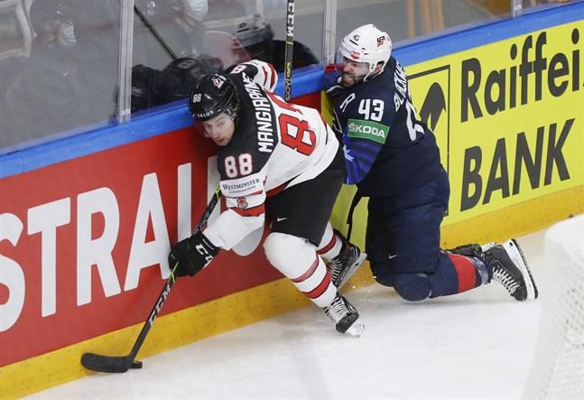 Kanadas tvåmålsskytt Andrew Mangiapane, till vänster, i kamp med USA:s Colin Blackwell.