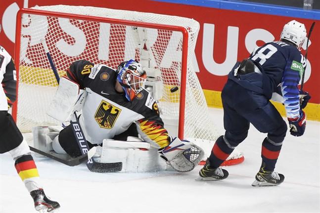 Jack Drury överlistar tyske målvakten Felix Brückmann och gör 3–0 för USA som vann stort och tog hem bronset i VM.