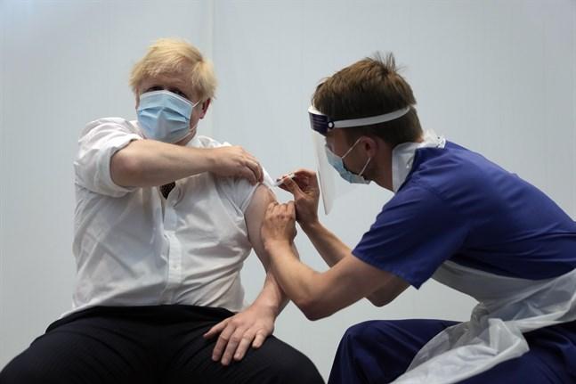 Storbritanniens premiärminster Boris Johnson får här sin andra vaccindos, den 3 juni 2021.