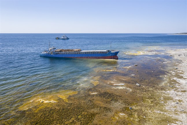 Ett större lastfartyg gick på grund på Fårö på lördagsmorgonen. Det finskflaggade fartyget Ramona tycks ha farit rakt mot ön och upp på en strand.