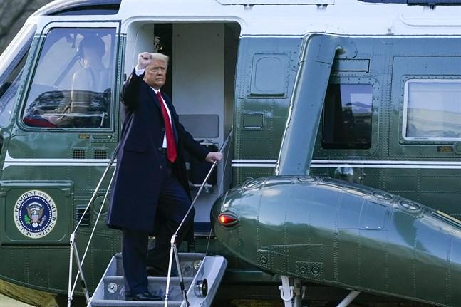 USA:s förre president Donald Trump lyfte sin näve i en kampgest när han lämnade Vita huset och presidentposten i den 20 januari i år. Arkivbild.
