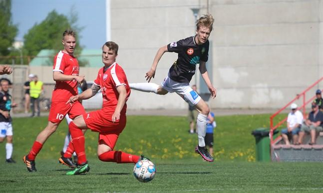 Den snabba Albin Björkskog förde JBK till en tidig ledning. Här det av Toni Takamäki ledda FC Vaajakoski-försvaret i juni. I bakgrunden syns Julius Järvinen.