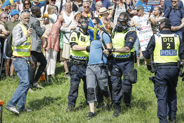 Polisen upplöser en demonstration mot smittskyddsregler på Gärdet i Stockholm.