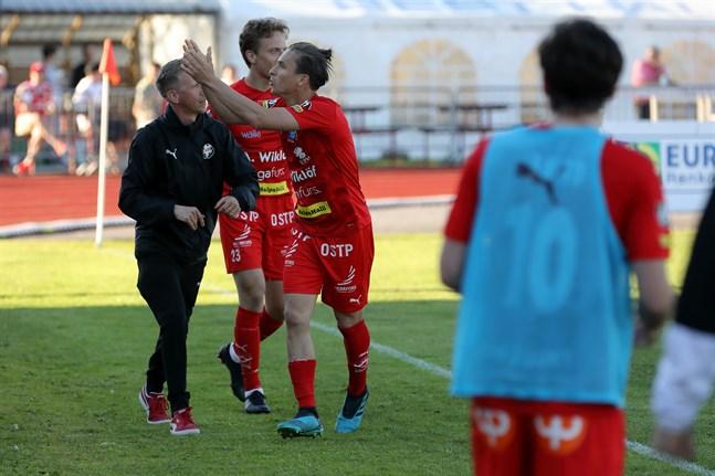 Guillermo Sotelo får igång hemmapubliken efter sitt 2–2-mål för Jaro. Här har han gratulerats av lagledaren Veppe Tervaskangas och Benjamin Östman.