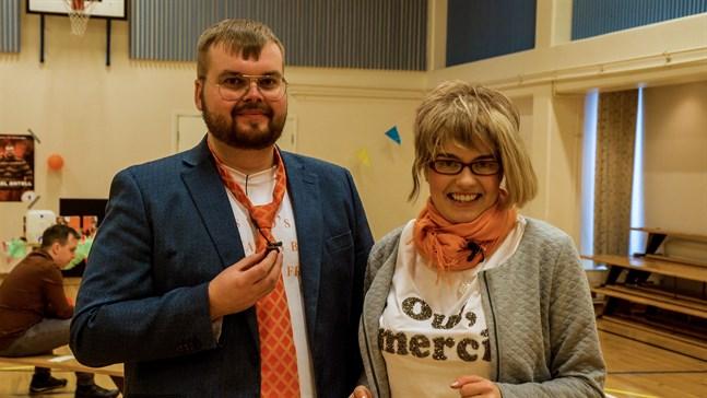 Mikael Antell (Joel Rönn) och Anette (Fanny Forsander) hoppas att deras kampanj ska bära frukt och han ska få många röster i kommunalvalet.