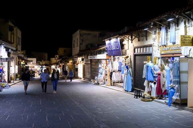 Så här års brukar det vara trångt på turiststråken i den gamla delen av Rhodos stad. Men säsongen har inte kommit i gång och flera av Evangelia Fotakis grannar har ännu inte öppnat inför sommaren. Vissa butiker har också gått omkull i pandemin.