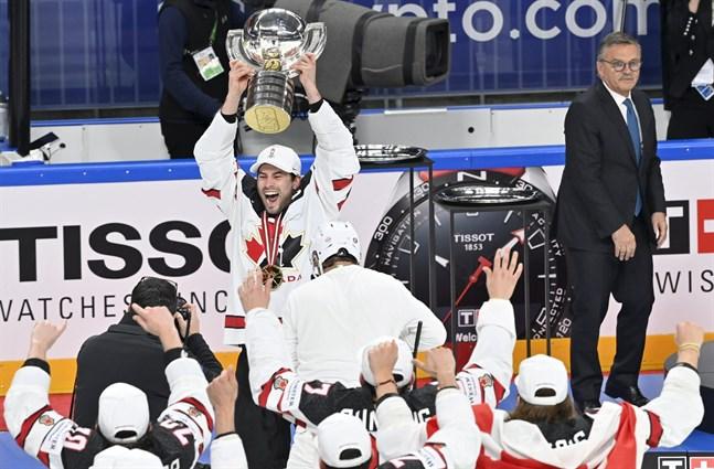 Kanada förlorade fyra av sju matcher i gruppspelet, krånglade sig vidare – och vann till slut VM-guld. Här lyfter lagkaptenen Adam Henrique VM-bucklan.