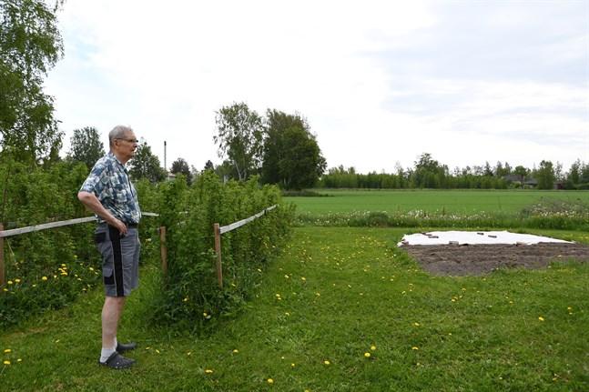 Bengt Jossfolk blickar ut över platsen för där Skarpängsvägen kommer gå om planerna förverkligas.