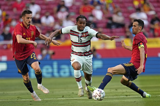 Sergio Busquets, till höger, testade positivt för covid-19 efter matchen mot Portugal.