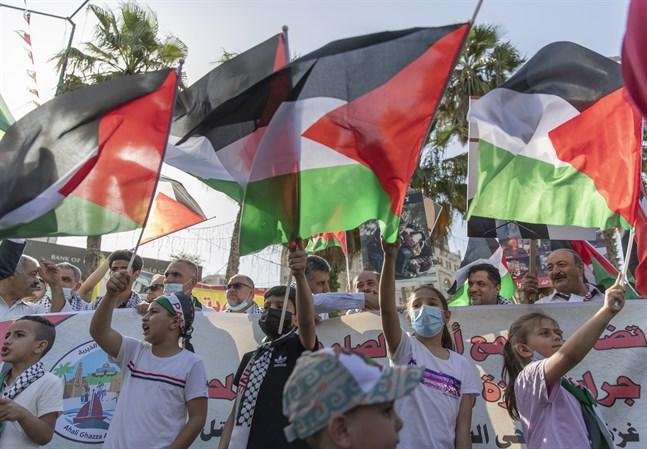 Barn viftar med palestinska flaggor i en demonstration till stöd för Gazas folk i staden Ramallah, Västbanken. Arkivbild.