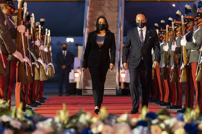 USA:s vicepresident Kamala Harris tas emot av Guatemalas utrikesminister Pedro Brolo vid ankomsten till Guatemala City.
