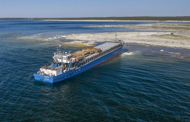Det finskflaggade fartyget Ramona tycks ha farit rakt mot Fårö norr om Gotland och upp på en strand. Ingen har kommit till skada.