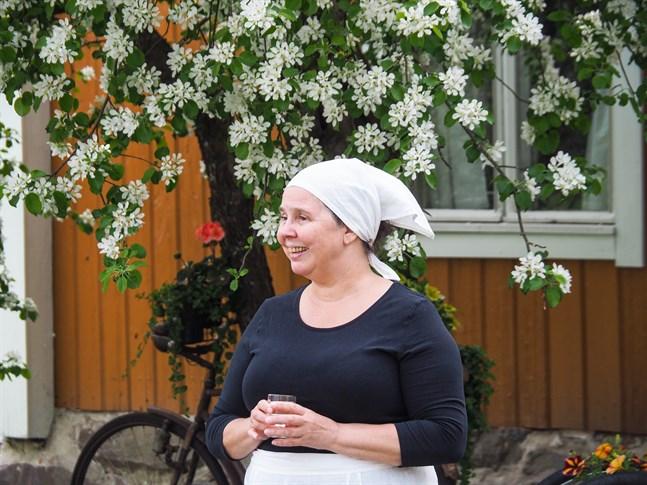 Anette Kanteh i roll som pigan Wilhelmiina leder guidade stadsvandringar genom Gamlakarleby.