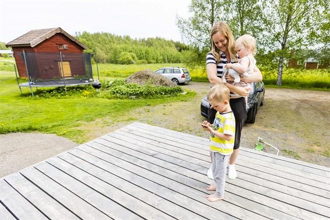 Älgen dök upp alldeles intill familjen Westerlunds hus. Spännande tyckte barnen William och Wilma. Mamma Anna förhåller sig lite mer avvaktande till den nyfikna älgen.