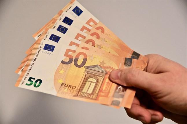 2 000 personer valdes ut till basinkomsttestet. De fick en basinkomst på 560 euro per månad, oavsett position på arbetsmarknaden.