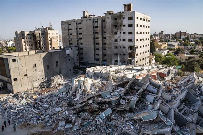 Byggnaden som inhyste nyhetsredaktioner och bostäder totalförstördes i attacken. Bild från den 21 maj.
