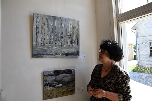 """Reija Toikka-Klutse ställer ut i Wanha talli tillsammans med 14 andra konstnärer. På bilden ser vi hennes oljemålning """"Tšehovilainen koivikko""""."""