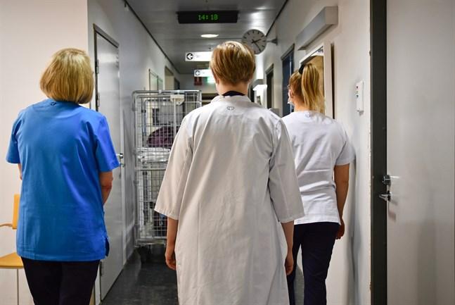 Sjukfrånvaron är högst inom vårdbranschen. Hemvårdare, närvårdare, sjukskötare och hälsovårdare var borta i genomsnitt 21–29 dagar år 2020.