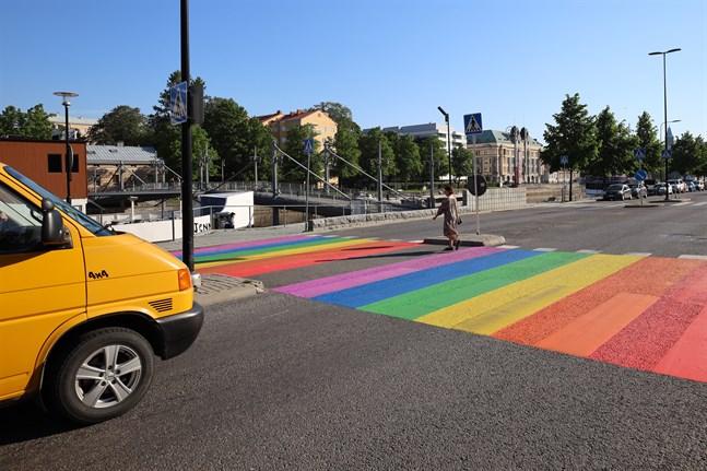 Finlands första Pride-övergångsställe finns på Östra Strandgatan i Åbo.