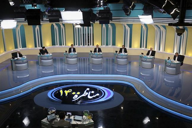 Bilden från valrörelsens första debatt, distribuerad av regimkopplade mediesällskapet YJC. Från vänster: Said Jalili, Ebrahim Raisi, Amir Hossein Ghazizadeh Hashemi, Alireza Zakani, Mohsen Rezaei, Mohsen Mehralizadeh, och Abdolnasser Hemmati.