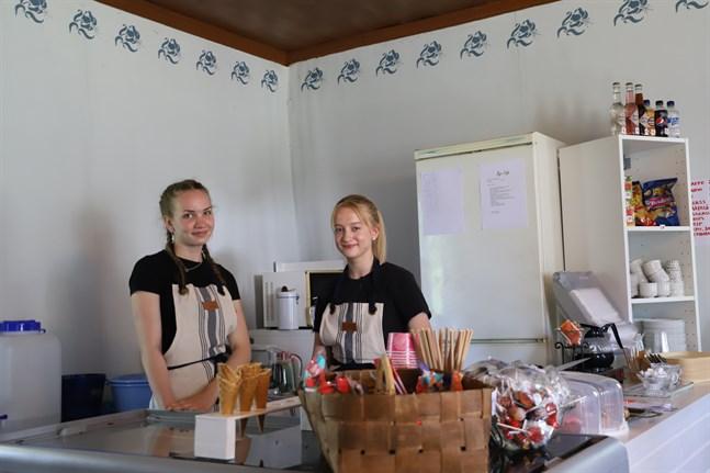 Lovisa Rönn (till vänster) och Julia Loo (till höger) ser fram emot att komma igång med sommarjobbet.