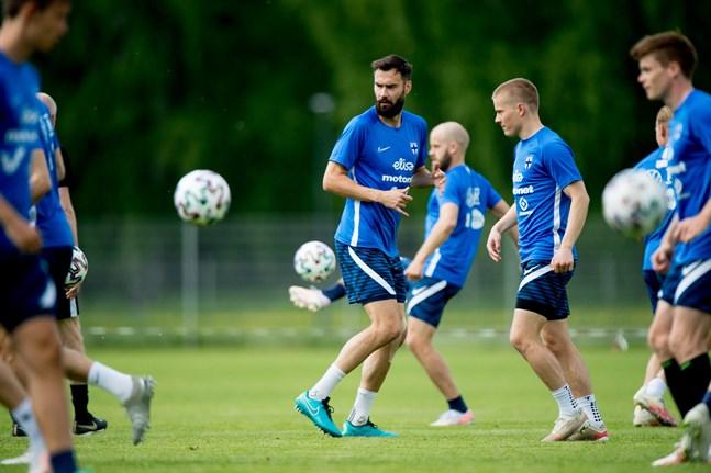 Landslagskaptenen Tim Sparv har repat sig från sin knäskada och spelade en halvlek i den EM-förberedande landskampen mot Sverige. I genrepet mot Estland var han inte med alls.