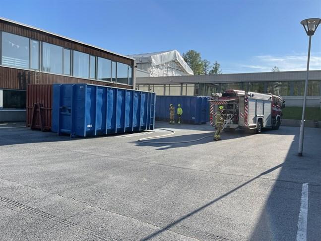 Det började brinna i en sopcontainer i Jakobstad.