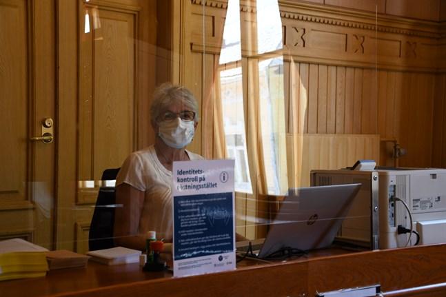 Ulla Pihl är en av valfunktionärerna vid förhandsröstningen i Kaskö.