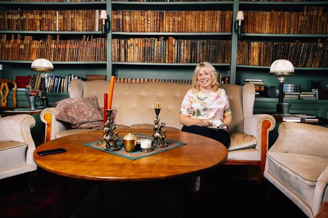 – Här har många före mig suttit, funderat och diskuterat om unga och framtiden, säger Riitta Björkenheim i Orisbergs biblioteket.