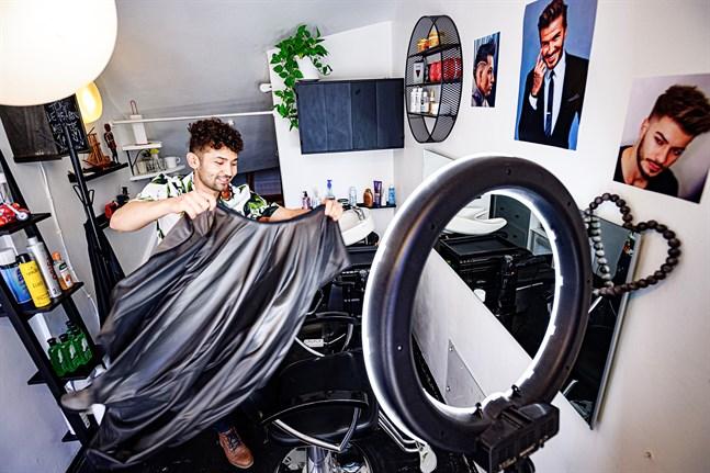 Det är inte alltför mycket svängrum i Rohhoullah Jafaris frisörsalong på Alholmsgatan 6. Men det räcker gott till honom och hans kunder.