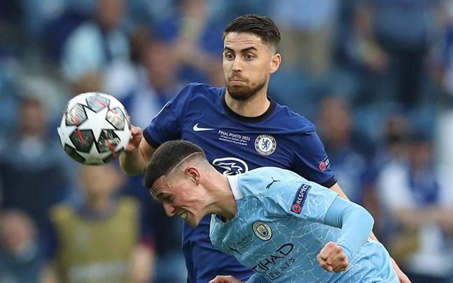 Chelseas mittfältare Jorginho, här i kamp med Manchester Citys Phil Foden i Champions League-finalen, är en av ledarfigurerna i Italiens EM-lag.