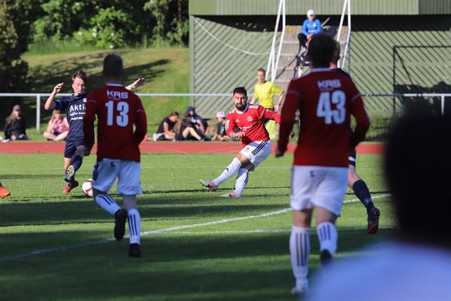 Bekir Kadic höll sig framme flera gånger mot Norrvalla FF, men några mål blev det inte. På bild också Ossian Råtts (13) och Semso Mujkic (43).