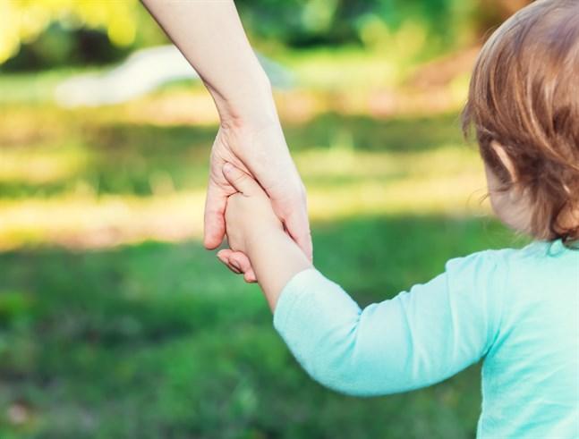 Att gå hand i hand, sitta tätt intill en annan, att krypa upp i en annans famn är de ögonblicksom formar oss och ger oss en uppfattning om vem man själv är.