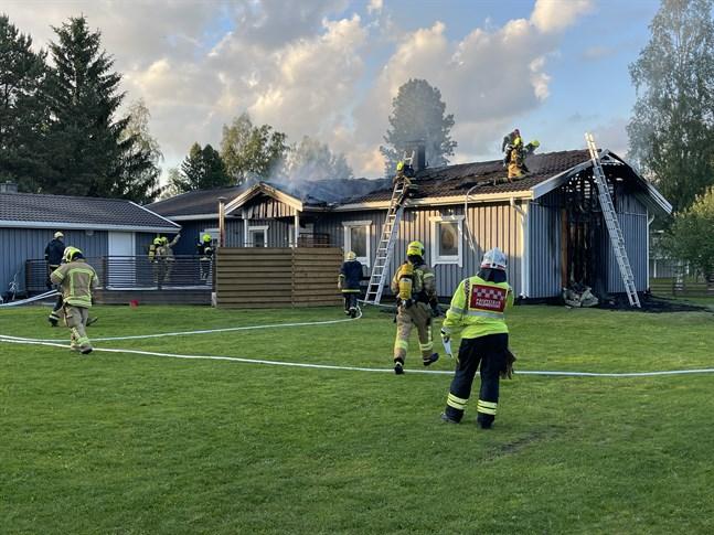 Sent på tisdagskvällen brann ett egnahem i Kållby. Mycket talar för att huset inte går att rädda.