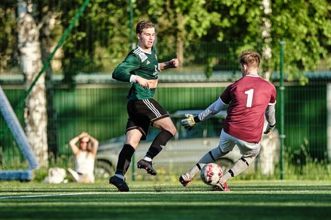 Alexander Kronholm placerade in 2–0-målet bakom Joakim Lönnqvist.