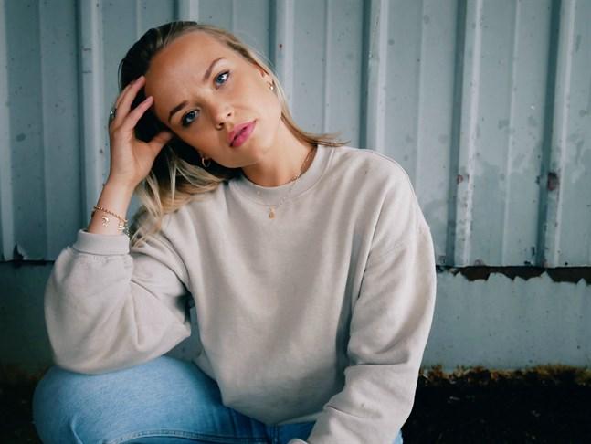 Matilda Ångerman, som ursprungligen kommer från Vasa, trivs i sin nya hemstad, Jakobstad.